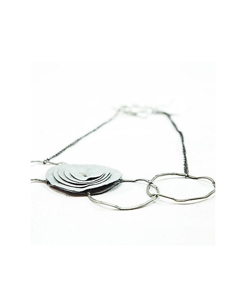 Girocollo Esi grigio. Fibra di cellulosa e dischi di acciaio. Nickel free.