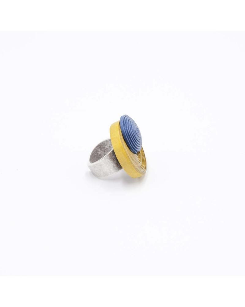 Anello in cotone ocra e blu, regolabile.