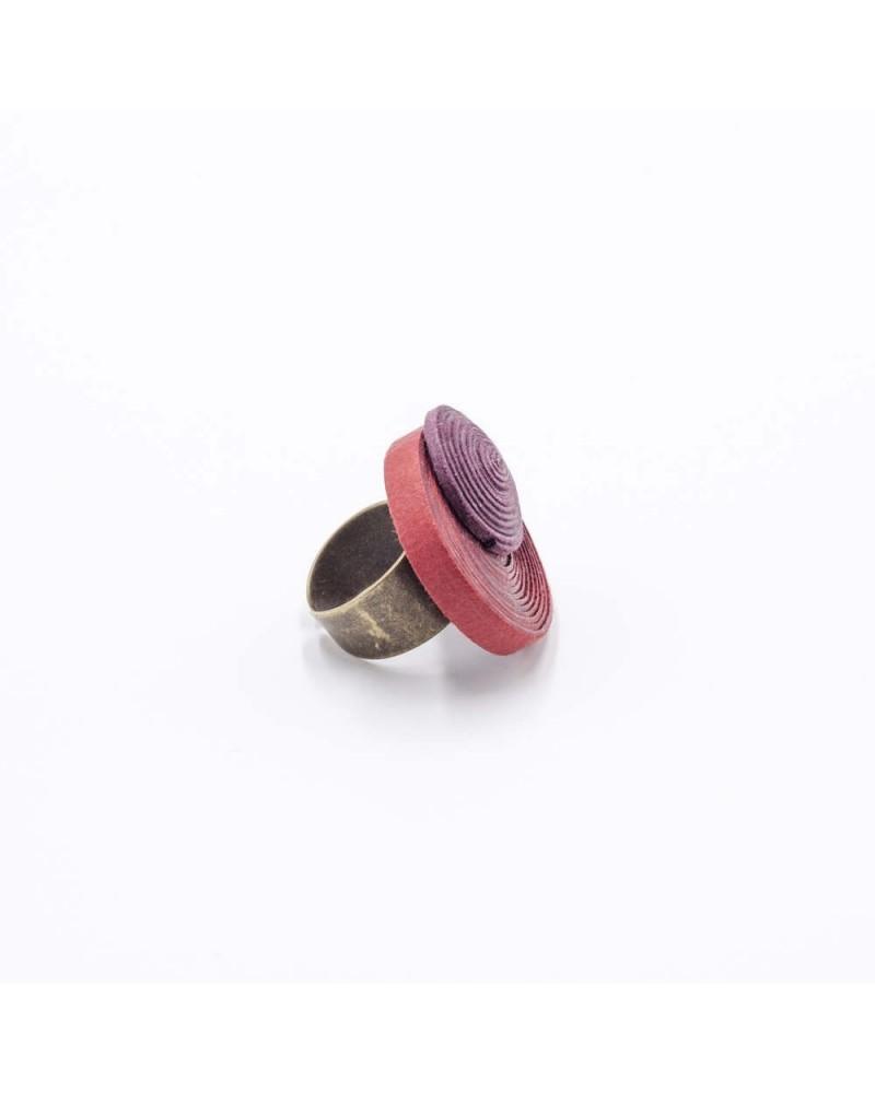Anello in cotone rosso e vinaccia, regolabile.