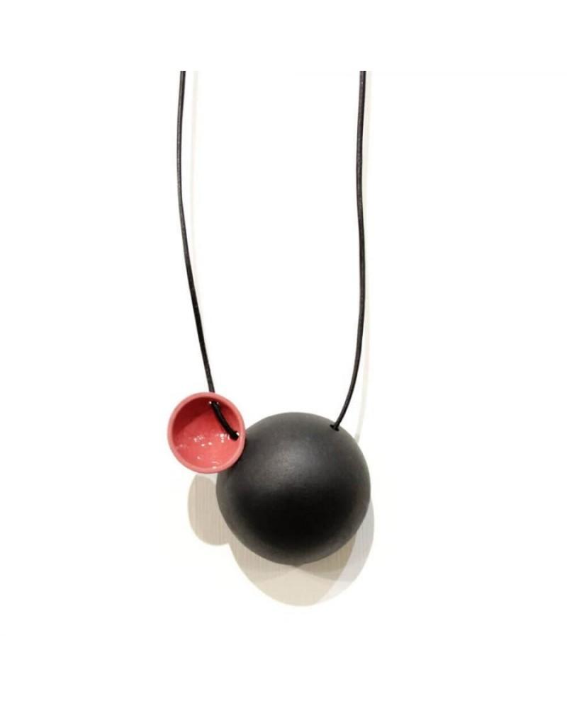 Collana artigianale con ciondolo in porcellana nero e rosa lucido
