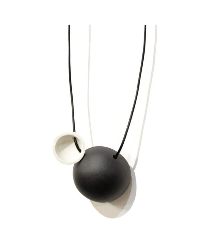 Collana artigianale con ciondolo in porcellana nero e bianco lucido