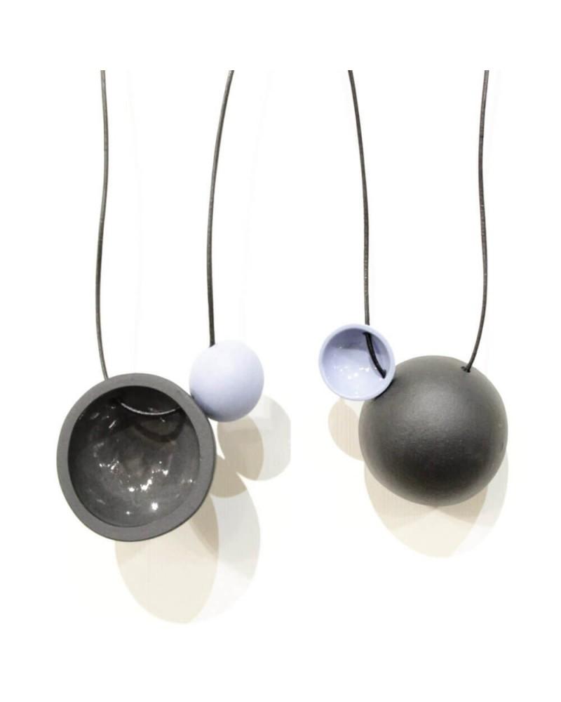 Collana artigianale con ciondolo in porcellana nero e carta da zucchero lucido