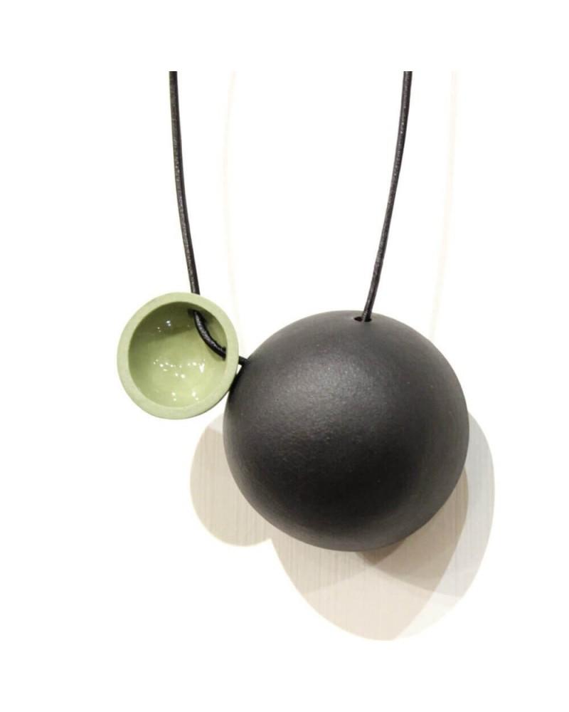 Collana artigianale con ciondolo in porcellana nero e verde lucido