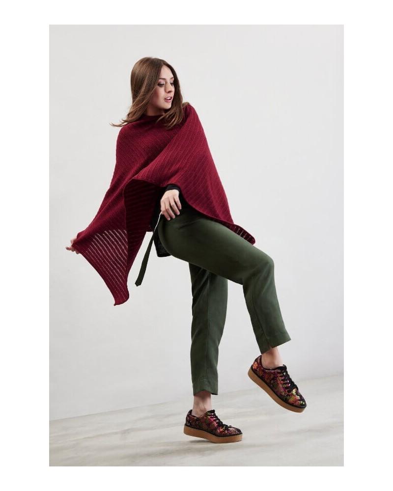 Poncho in lana merino con scollo a scialle rosso vinaccia.