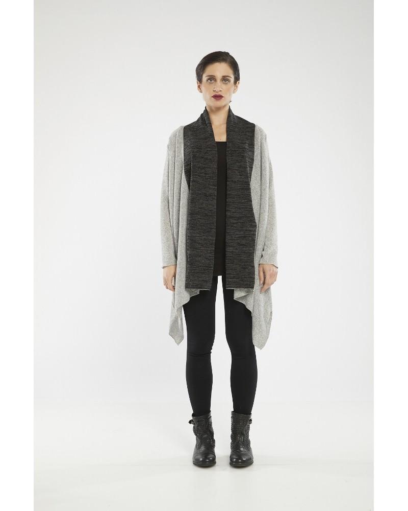 Maglia sartoriale in lana trasformabile, nocciola e nero.