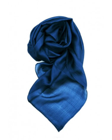 Sciarpa elegante in seta blu con tinture ecologiche. Filo fine.