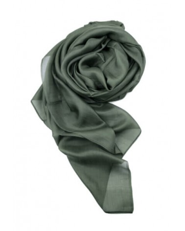 Sciarpa elegante in seta verde con tinture ecologiche. Filo fine.