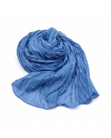 Sciarpa blu in seta tinta con colori naturali, produzione artigianale