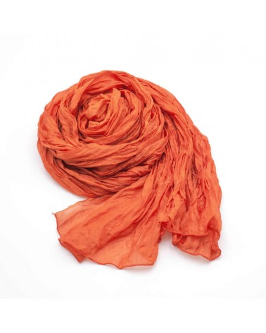Sciarpa corallo in seta tinta con colori naturali, produzione artigianale.
