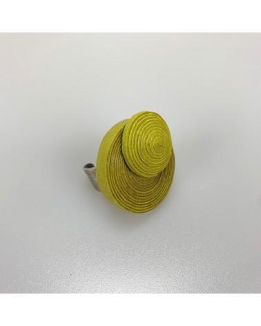Anello verde artigianale in cotone e lino, regolabile.