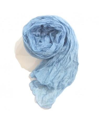 Sciarpa blu chiaro in seta tinta con colori naturali, produzione artigianale