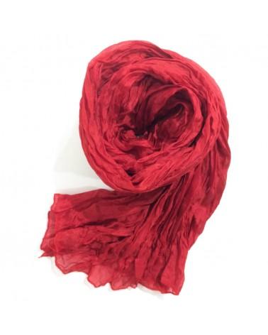 Sciarpa rossa in seta tinta con colori naturali, produzione artigianale.