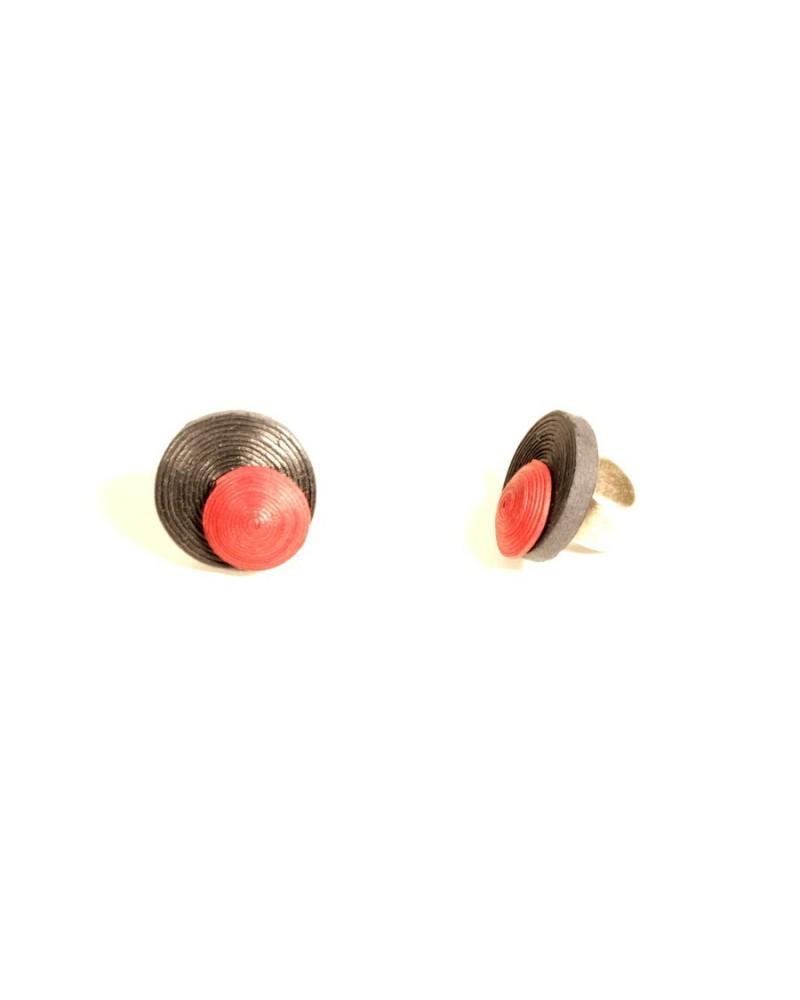 Anello artigianale in cotone e lino nero e rosso, regolabile.
