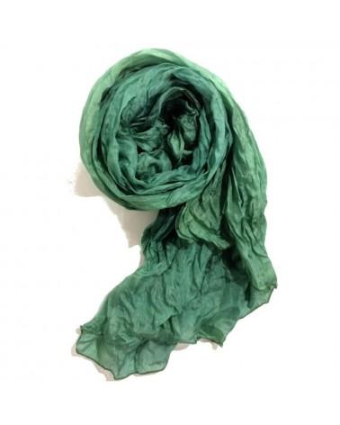 Sciarpa verde bosco in seta tinta con colori naturali, produzione artigianale.e