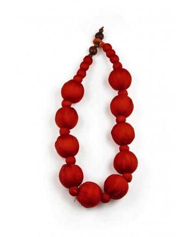 Collana rossa in seta e perle di legno, tinture ecologiche.