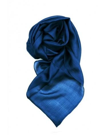 Sciarpa blu elegante in seta tinta con tinture ecologiche.