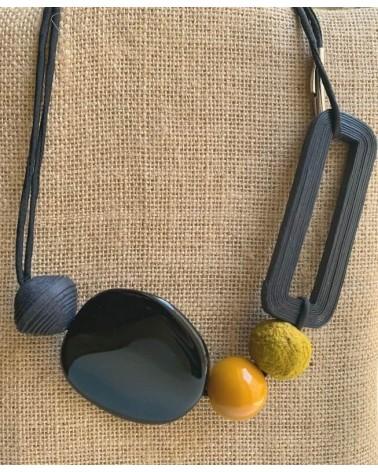 Collana lunga e girocollo in cotone, resina e seta, nero e ocra.