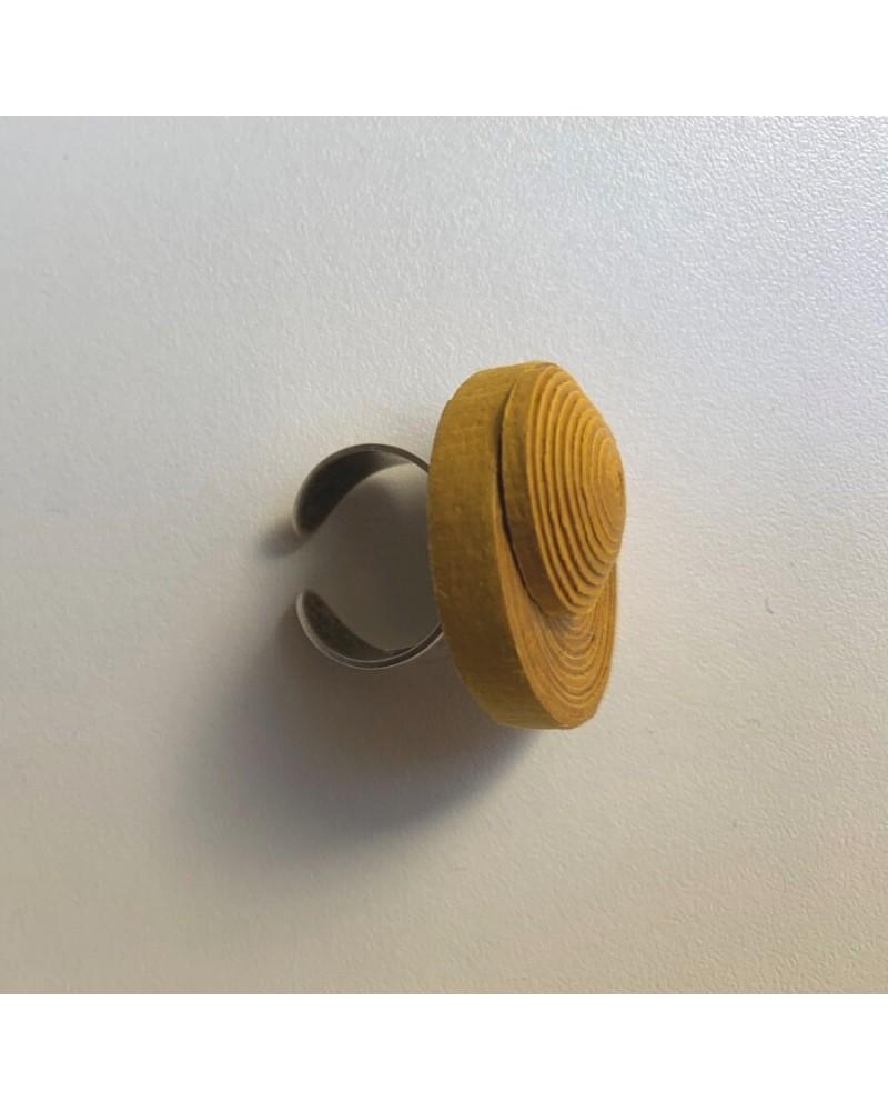 Anello ocra artigianale in cotone e lino, regolabile.