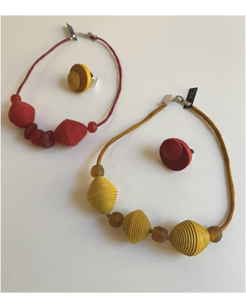Girocollo artigianale in cotone, seta e vetro riciclato, ocra.