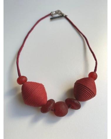 Girocollo artigianale in cotone, seta e vetro riciclato, rosso.