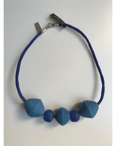 Girocollo artigianale in cotone, seta e vetro riciclato, blu inchiostro.