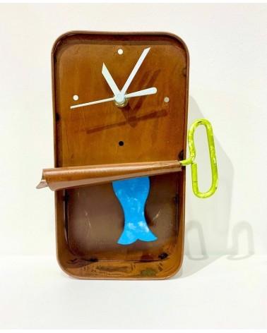 Orologio da parete in metallo riciclato con pendolo, scatola di sardina.