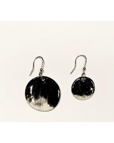 Orecchini pendenti artigianali in ceramica, circolari. Nero e bianco.