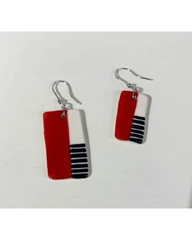 Orecchini pendenti artigianali in ceramica, rettangolari. Rosso e nero.