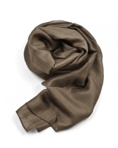 Sciarpa elegante in seta nocciola con tinture ecologiche.