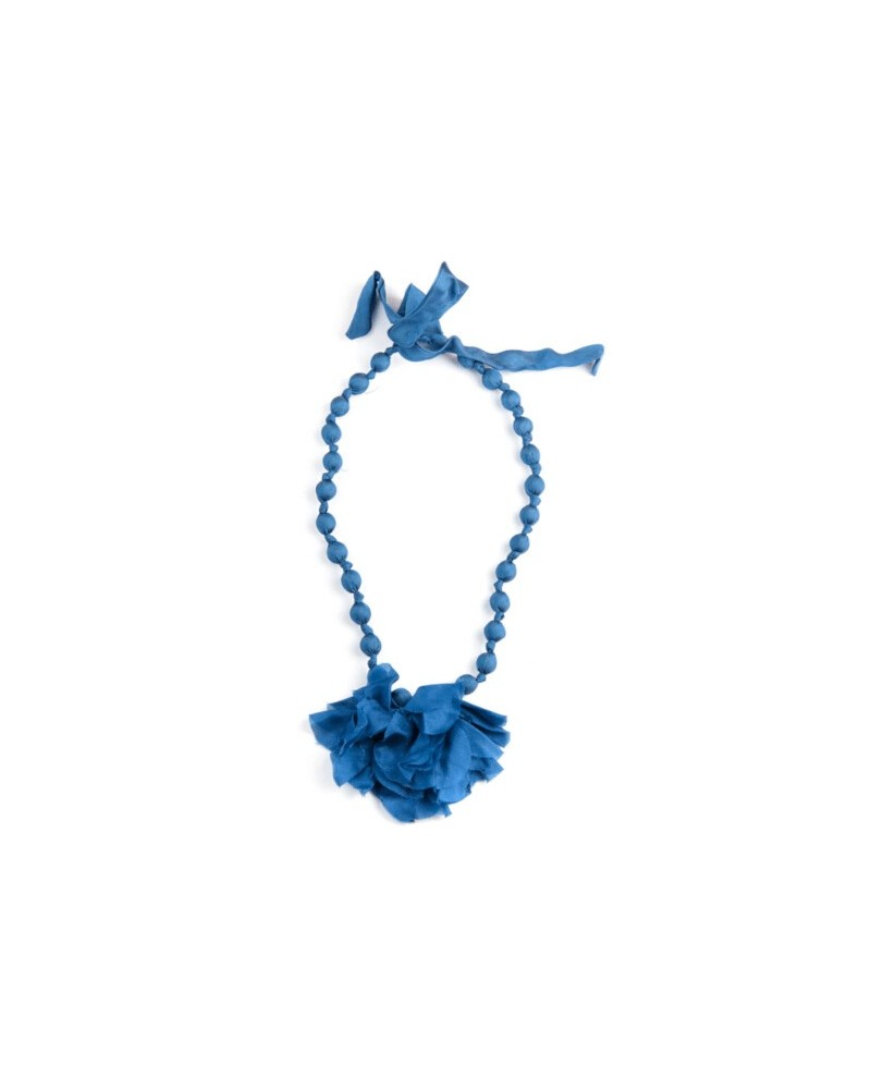Collana blu in seta e legno con fiocco, tinture ecologiche.